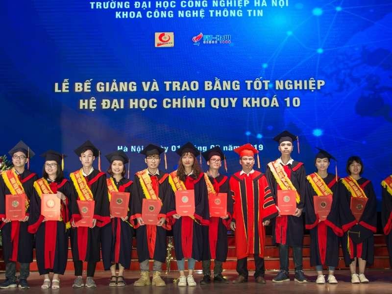 Lễ bế giảng và trao bằng tốt nghiệp cho sinh viên Đại học chính quy Khóa 10 khoa Công nghệ thông tin
