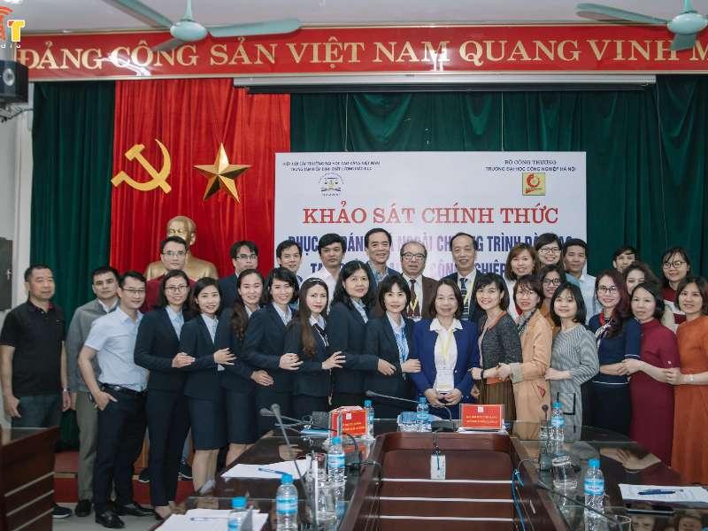 Đoàn chuyên gia đánh giá ngoài chương trình đào tạo đến khảo sát tại Khoa Công nghệ thông tin trường Đại học Công nghiệp Hà Nội